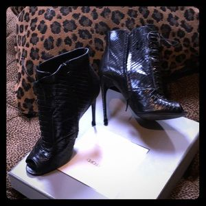 Absolutely gorgeous black lizard Tom Ford booties